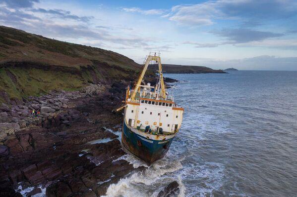 Заброшенный корабль на скалах возле деревни Балликоттон в Южной Ирландии