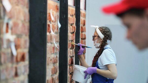Реставратор на специализированной выставке по сохранению, реставрации, использованию и популяризации культурного наследия