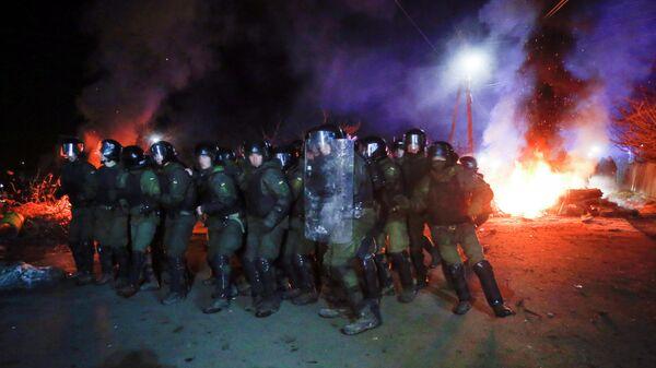 Украинские полицейские во время беспорядков в Новых Санжарах