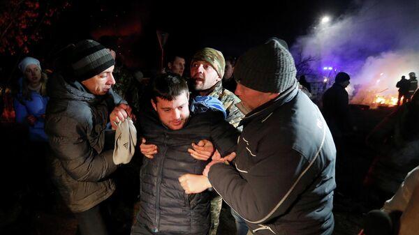 Пострадавший во время протеста против прибытия самолета с эвакуированными из китайской провинции Хубэй в село Новые Санжары Полтавской области