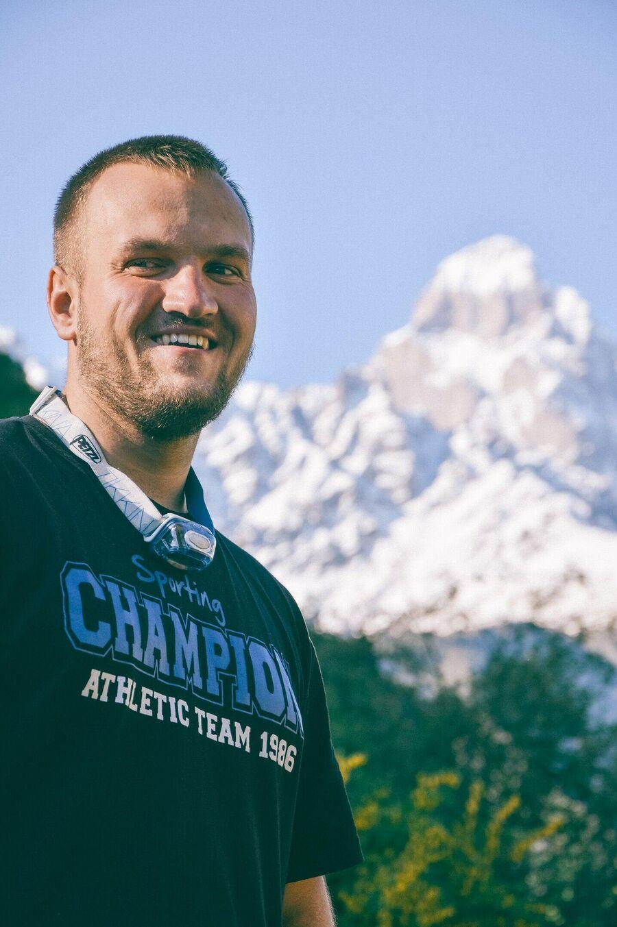 Сергей Ушаков на фоне горы Ушба