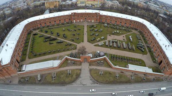 Вид сверху на здание военно-исторического музея артиллерии, инженерных войск и войск связи