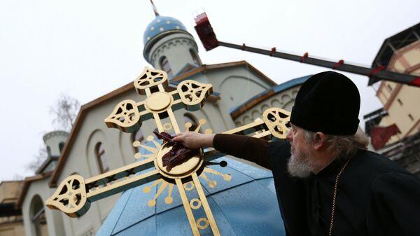 Установка куполов и освящение храма в честь иконы Всех скорбящих радость в СИЗО Матросская тишина