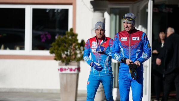 Спортсмены сборной России по биатлону Александр Логинов и Евгений Гараничев выходят на пробежку из спа-отеля Bagni di Salomone в Италии