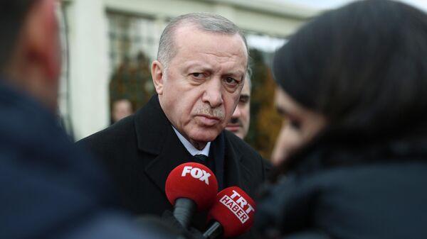 Президент Турции Реджеп Тайип Эрдоган во время беседы с журналистами