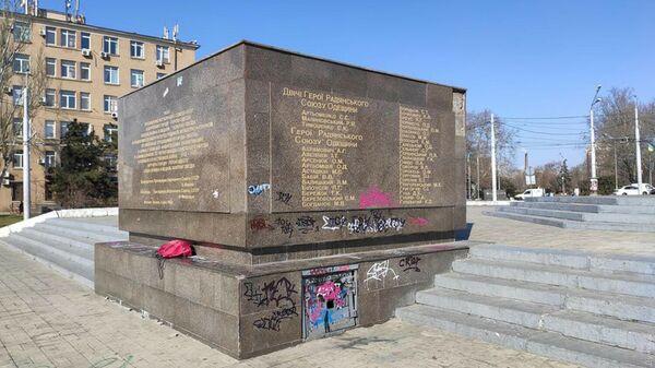 Памятник Крылья Победы, оскверненный вандалами