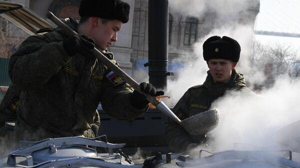 Военнослужащие у полевой кухни во время праздничных мероприятий в честь Дня защитника отечества во Владивостоке