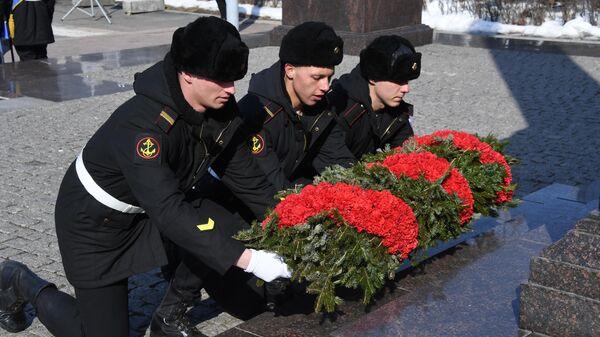 Возложение цветов к мемориалу на центральной площади Владивостока во время праздничных мероприятий в честь Дня защитника отечества