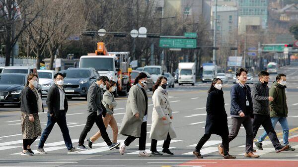 Люди в масках в центре Сеула, Южная Корея. 24 февраля 2020