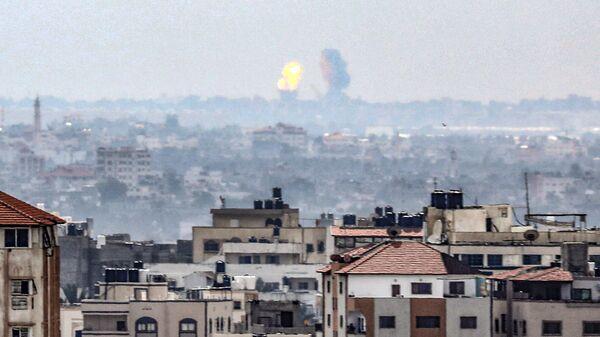 Пламя и дым после израильского авиаудара в Хан-Юнисе в южной части сектора Газа, Палестина. 24 февраля 2020