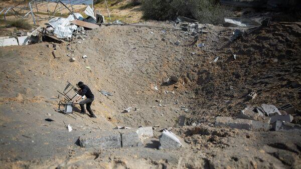 Последствия израильских авиаударов по военной базе в южной части сектора Газа
