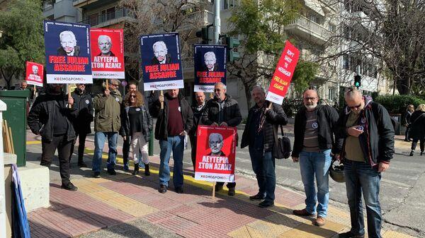 Пикет в поддержку Джулиана Ассанжа возле посольства Великобритании в Греции. 24 февраля 2020