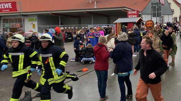 Люди на месте происшествия в Фолькмарзене, Германия, где автомобиль въехал в толпу людей во время карнавального праздника. 24 февраля 2020