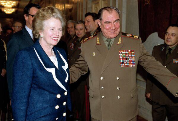 Дмитрий Тимофеевич Язов, министр обороны СССР (справа) и Маргарет Тэтчер, бывший премьер-министр Великобритании