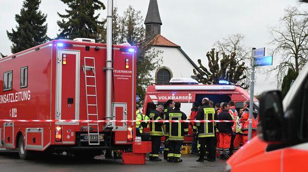 Полиция и спасатели на месте происшествия в Фолькмарзене, Германия, где автомобиль въехал в толпу людей во время карнавального праздника. 24 февраля 2020