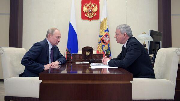 Президент РФ Владимир Путин и глава Республики Северная Осетия - Алания Вячеслав Битаров во время встречи