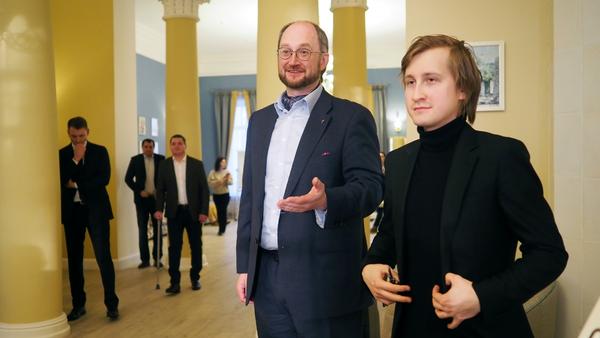 Протоиерей Александр Ткаченко и знаменитый пианист Дмитрий Маслеев приветствуют слушателей концерта