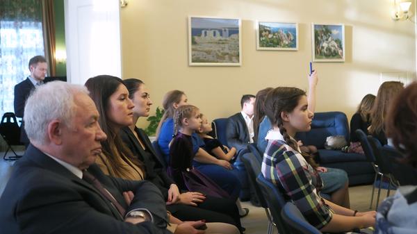 Родители и пациенты хосписа в Домодедове слушают игру Дмитрия Маслеева