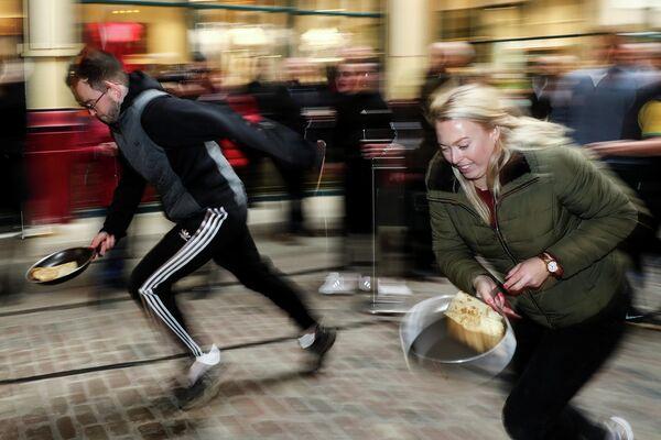 Участники забега с блинами в Лондоне