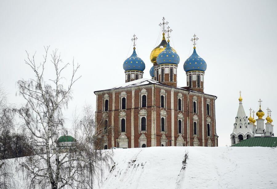 Успенский собор (на переднем плане) и Богоявленский храм Спасо-Преображенского мужского монастыря города Рязани