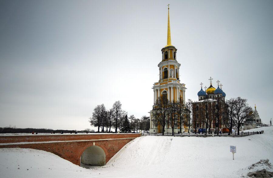 Успенский собор и колокольня Успенского собора Спасо-Преображенского мужского монастыря города Рязани