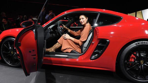 Мария Шарапова на автомобильном салоне в Лос-Анджелесе в 2017 году