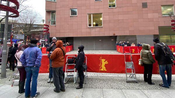 Фотографы и зеваки ждут приезда звезд перед премьерой на 70-м Берлинском кинофестивале