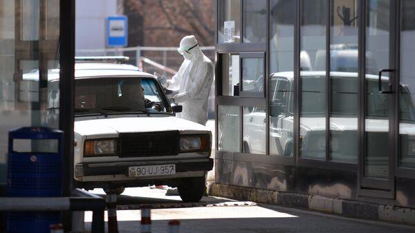 Проверка водителя тепловизором на наличие температуры на пограничном пункте Грузии и Азербайджана
