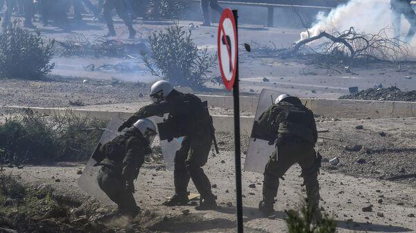 Полиция во время столкновений с демонстрантами в Греции