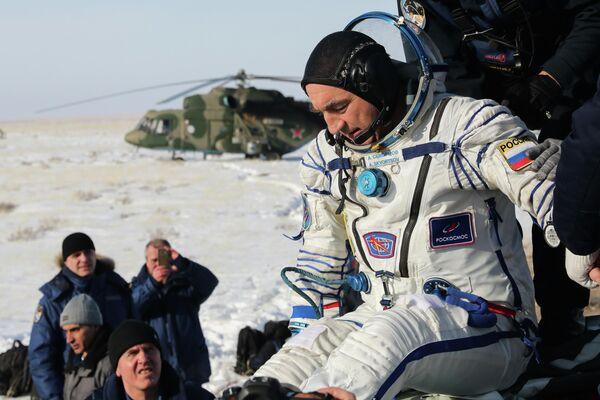 Член основного экипажа экспедиции МКС-60/61 космонавт Роскосмоса Александр Скворцов после посадки спускаемого аппарата пилотируемого космического корабля Союз МС-13 с тремя членами экипажа МКС