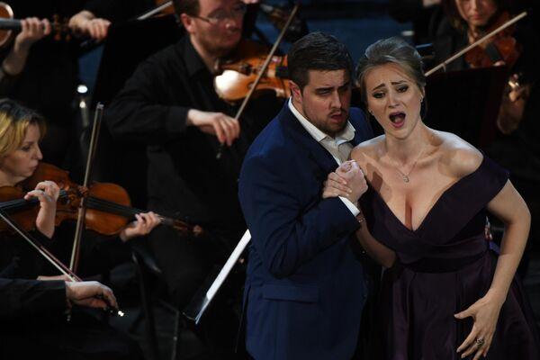 Оперные певцы Алек Карлсон (тенор) и Виктория Каркачева (меццо-сопрано) во время выступления на гала-концерте Итальянское бельканто
