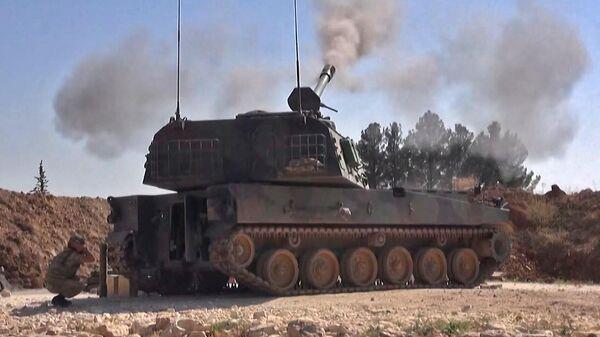 Турецкая самоходная артиллерийская пушка стреляет по целям в провинции Идлиб. 28 февраля 2020