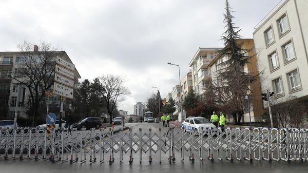 Сотрудники полиции у здания российского посольства в Анкаре, Турция