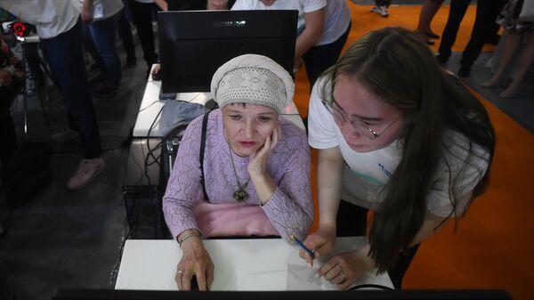 Студенты обучают пенсионеров пользоваться сервисам