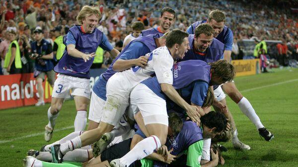 Футболисты сборной России радуются победе над командой Нидерландов