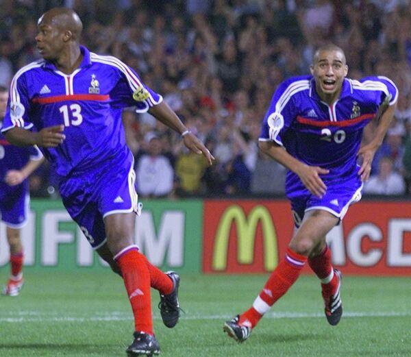 Сильвен Вильтор и Давид Трезеге радуются голу в финале ЕВРО-2000