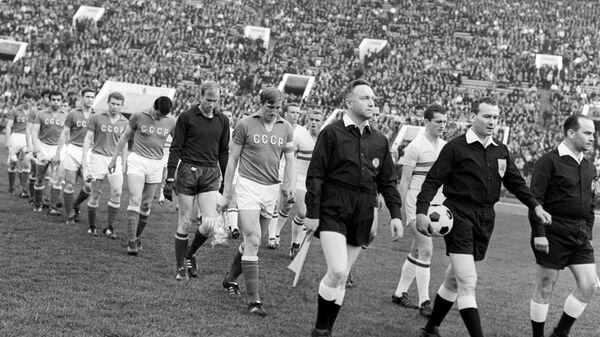 Сборные СССР и Венгрии перед началом четвертьфинального матча чемпионата Европы 1968 года в Москве.