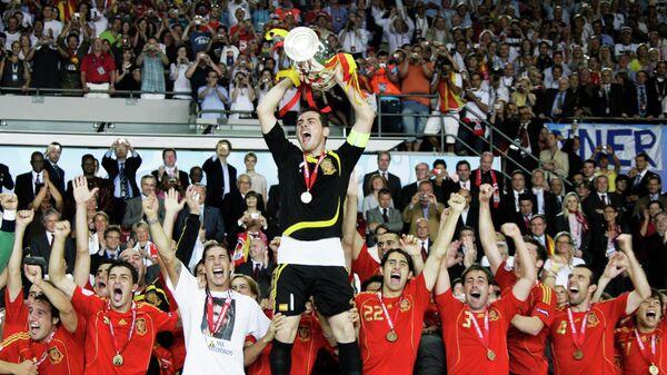 Футболисты сборной Испании празднуют победу на ЕВРО-2008