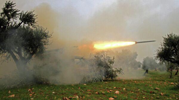 Сирийские боевики ведут обстрел в провинции Идлиб