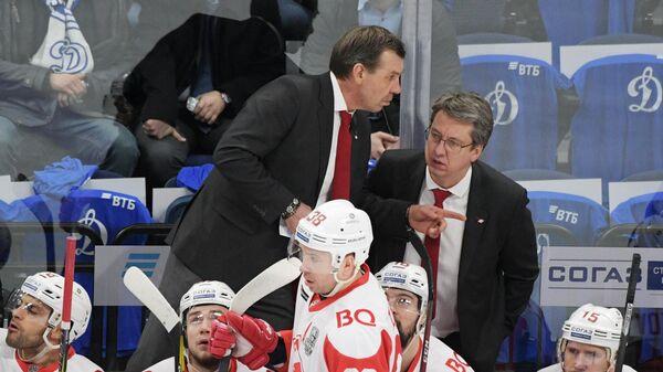 Тренеры Спартака Олег Знарок (слева) и Харийс Витолиньш