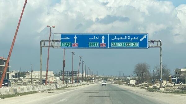 Трасса М5 Дамаск-Алеппо в районе поселения Маарет-Нуман провинции Идлиб в Сирии