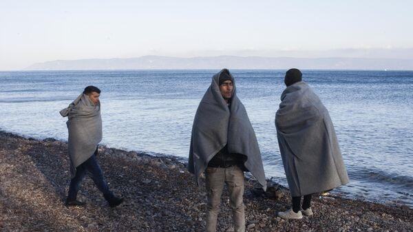 Мигранты в лагере беженцев на острове Лесбос в Греции