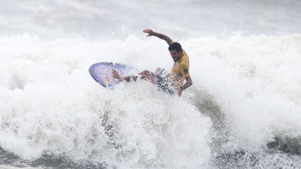 Бразильский серфингист Филипе Толедо