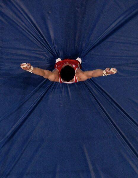 Давид Белявский (Россия) выполняет упражнение на перекладине в финале соревнований по спортивной гимнастике среди мужчин на II Европейских играх в Минске