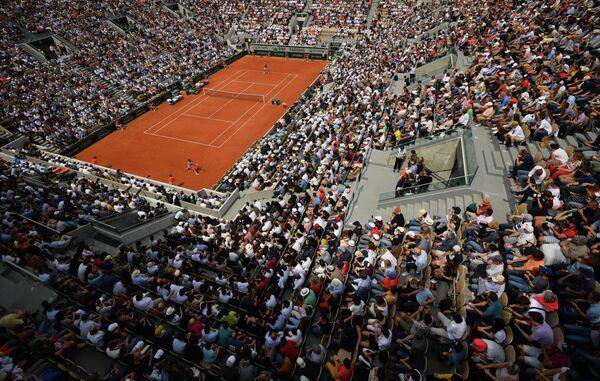 Зрители на трибунах во время матча 1/4 финала мужского одиночного разряда Открытого чемпионата Франции по теннису между Роджером Федерером (Швейцария) и Станиславом Вавринкой (Швейцария)