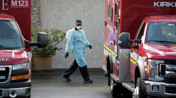 Медицинский работник у клиники в Киркленде, США