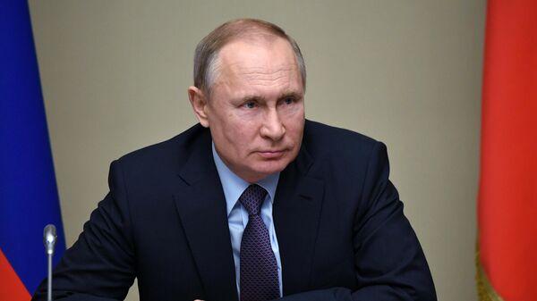 Президент России Владимир Путин проводит оперативное совещание с постоянными членами Совета безопасности