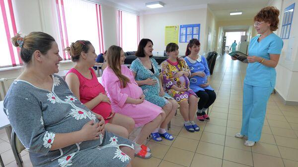 Врач беседует с будущими мамами в центре по ведению беременности и родов