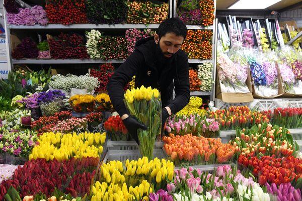 Продавец цветов на Рижском рынке в Москве