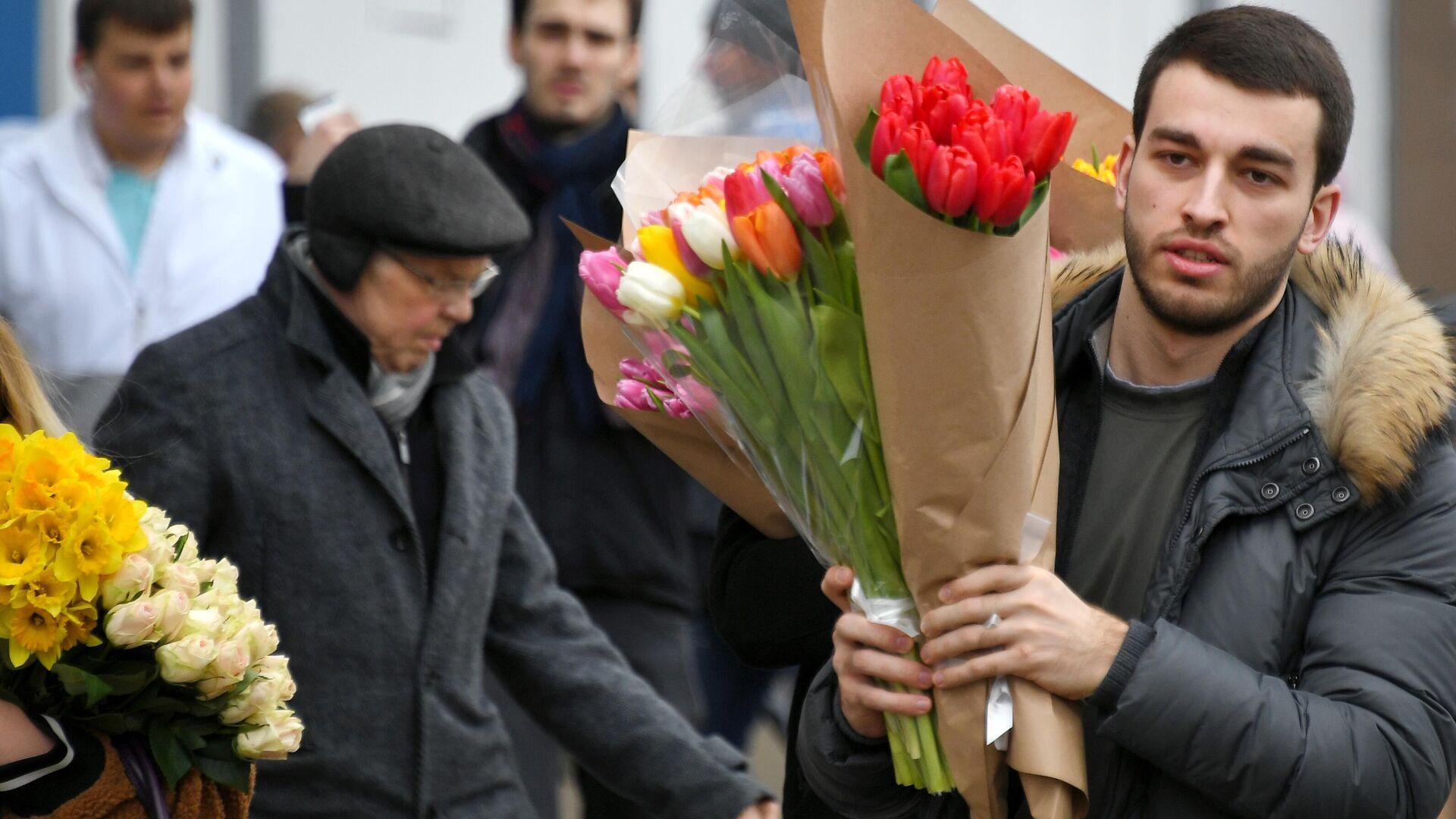 Покупатель с цветами на Рижском рынке в Москве - РИА Новости, 1920, 01.03.2021